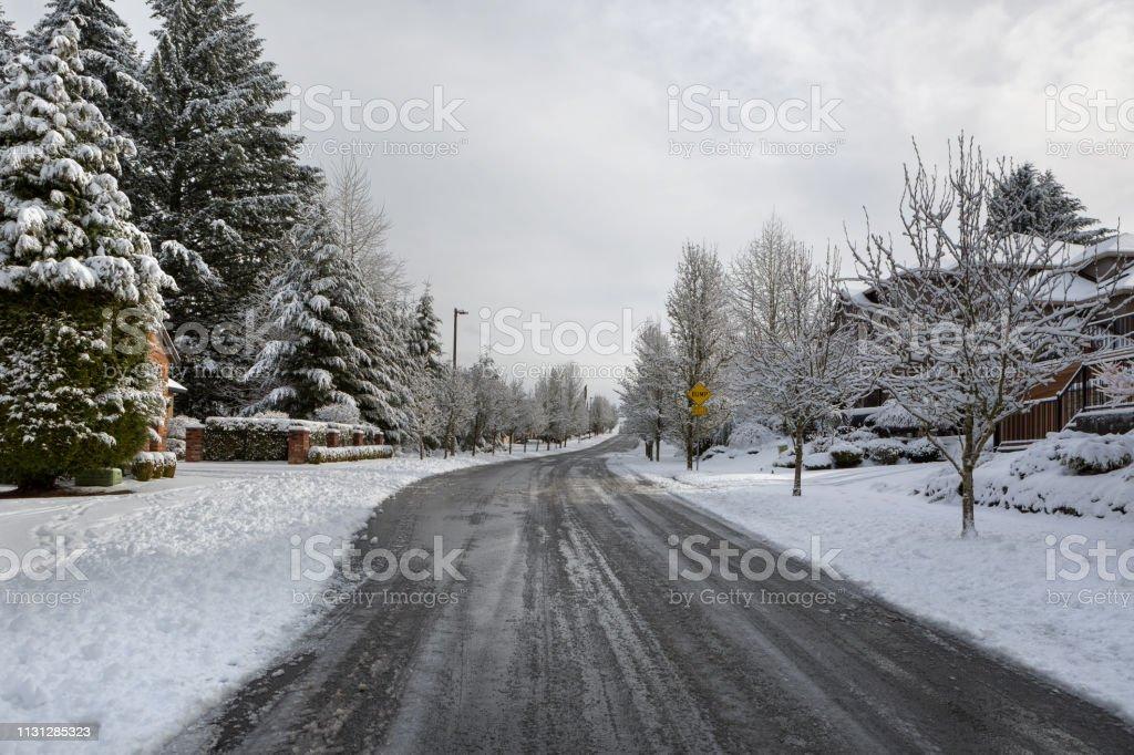 Gepuft gesalzene Straße in nordamerikanischen Vorstadtviertel Happy Valley oder – Foto