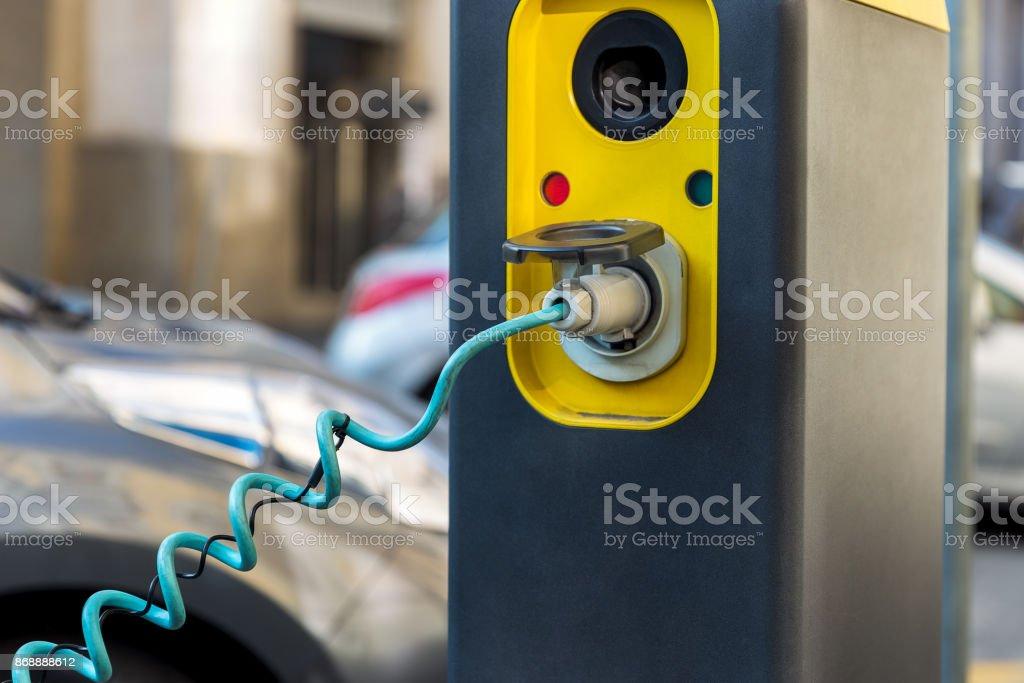 Enchufe en el punto de carga de coche eléctrico híbrido foto de stock libre de derechos