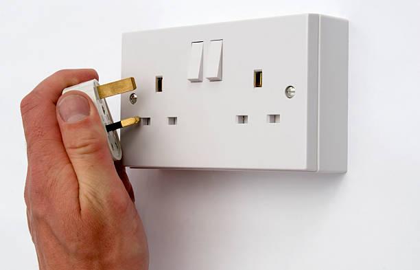 brancher british console de connexion multiprise - prise électrique à trois fiches photos et images de collection