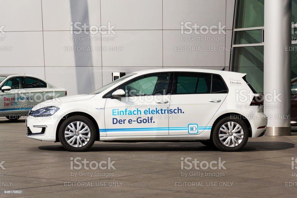 Plug-in Hybrid Volkswagen e-Golf Elektroauto steht Ladestation vor der Glaserne Manufaktur - Gläserne Manufaktur in Dresden, Deutschland – Foto