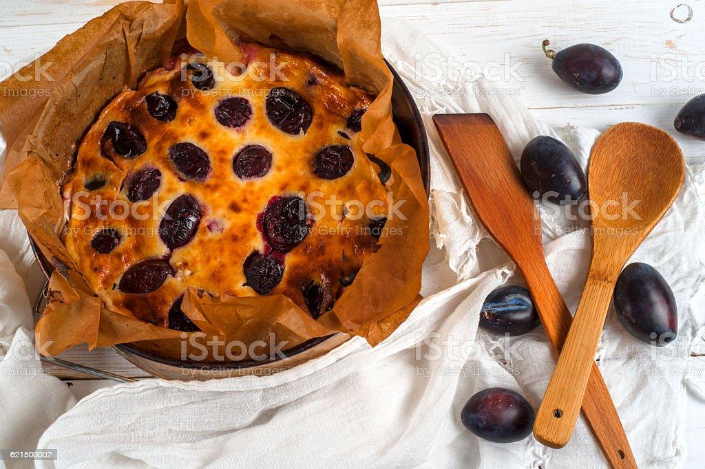 Brun gâteau Prune sur une table photo libre de droits