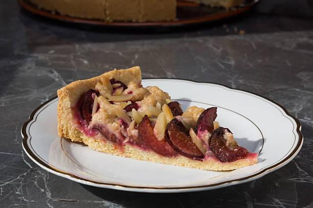 plum cake stück - tarte und törtchen stock-fotos und bilder