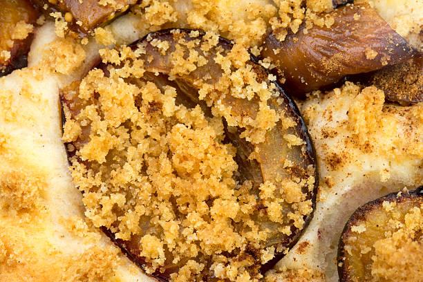 plum cake mit crumble - crumble deutsch stock-fotos und bilder