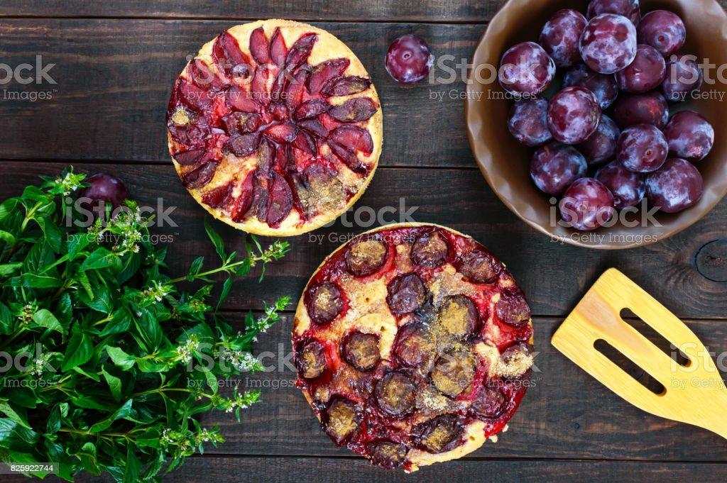 Pflaume Kuchen Auf Einem Dunklen Hintergrund Aus Holz. Amerikanische  Traditionelles Gebäck. Lizenzfreies Stock