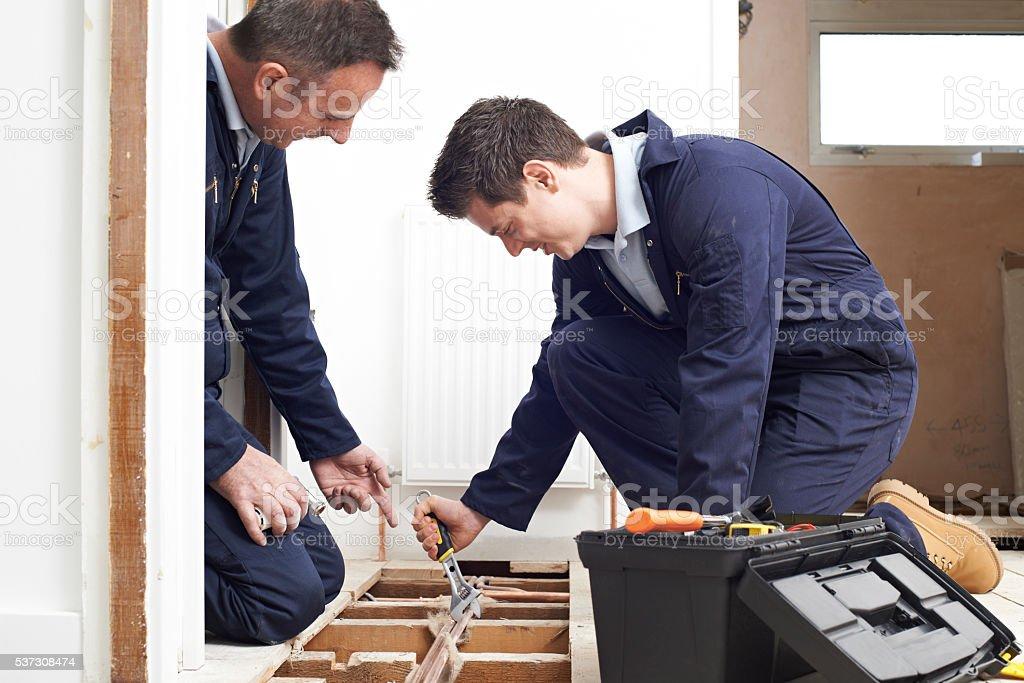 Klempner und Auszubildende geschnittene Zentralheizung In-House – Foto