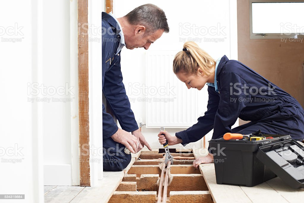 Klempner und Auszubildende geschnittene Zentralheizung – Foto