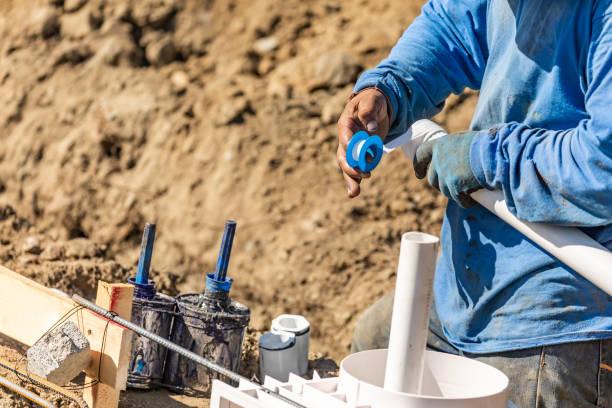 Klempner Anwendung PTFE-Band, PVC-Rohr auf Baustelle – Foto