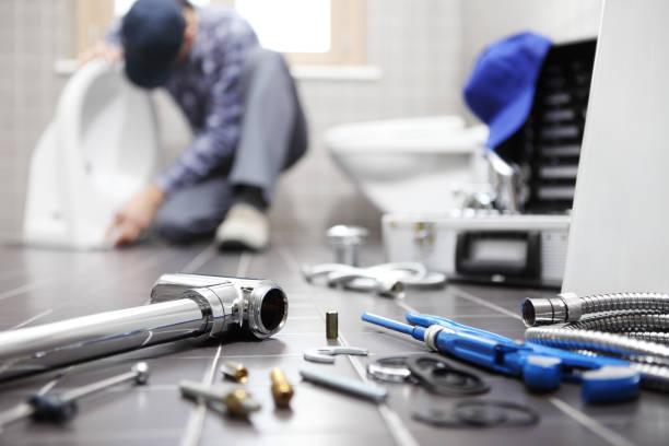 encanador no trabalho em uma casa de banho, torneiras de serviço de reparo, montar e instalar o conceito - banheiro instalação doméstica - fotografias e filmes do acervo