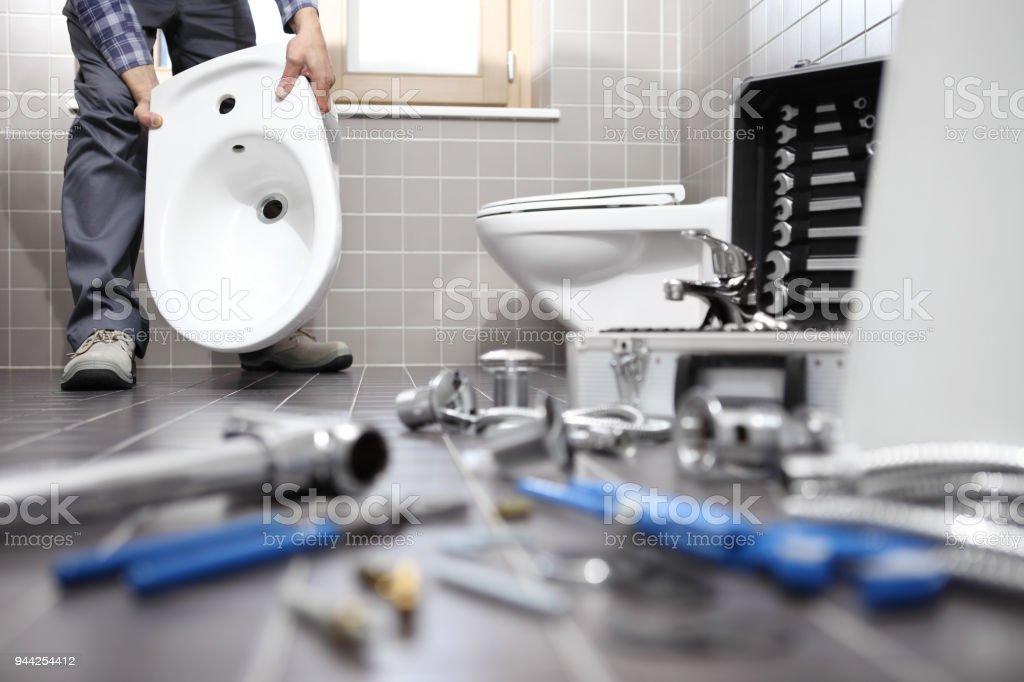 Klempner Bei Der Arbeit In Einem Badezimmer Sanitärreparaturservice ...