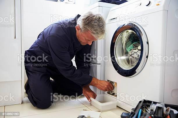 Klempner Befestigung Hauswaschmaschine Stockfoto und mehr Bilder von Reparieren