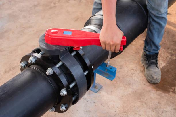 plumber hand opening butterfly valve. - tap water zdjęcia i obrazy z banku zdjęć