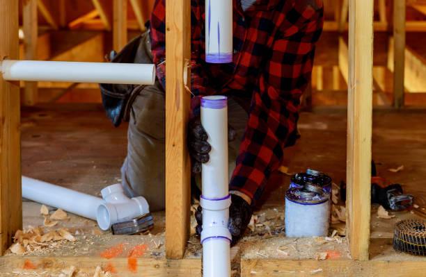klempner installieren primer und kleber pvc-rohr im bau haus - pvc stock-fotos und bilder