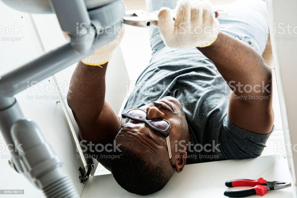 Fregadero de cocina del plomero hombre fijación - foto de stock