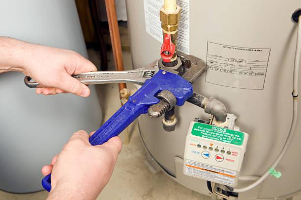 klempner pipe und verstellbare wrenches auf gas-wasser-heizung - heißes wasser stock-fotos und bilder