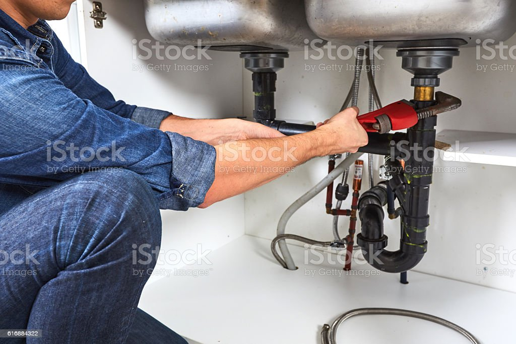 Plumber with wrench. – Foto