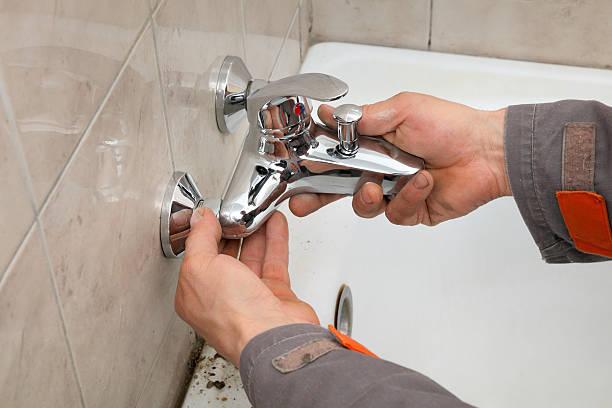Klempner Arbeiten im Badezimmer – Foto
