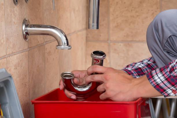 klempner hand befestigung waschbecken im badezimmer - kanalisationsabflüsse stock-fotos und bilder