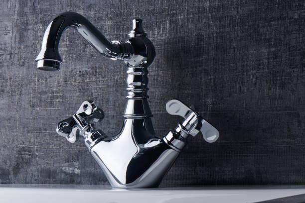 Sanitär. Das Interieur des Badezimmers. Wasserhahn Spüle auf schwarzen und weißen Hintergrund. – Foto