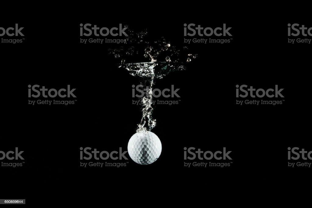plonger dans l'eau d'une balle de golf - Photo