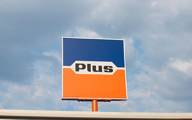plus market schild - rewe supermarket stock-fotos und bilder
