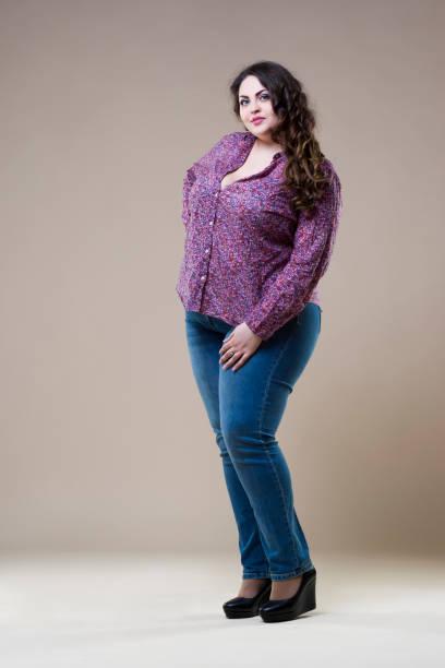 plus size mode-modell in alltagskleidung, fette frau auf beige hintergrund übergewicht weiblichen körper - damen hosen für mollige stock-fotos und bilder