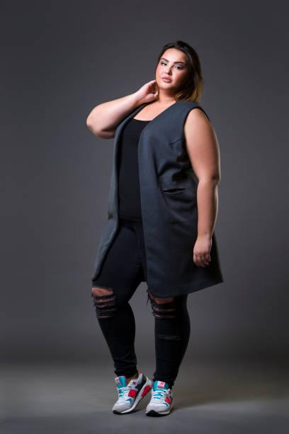 plus größe modemodell in lässiger kleidung, fette frau auf grauem hintergrund, übergewichtiger weiblicher körper - damen jeans übergrößen stock-fotos und bilder