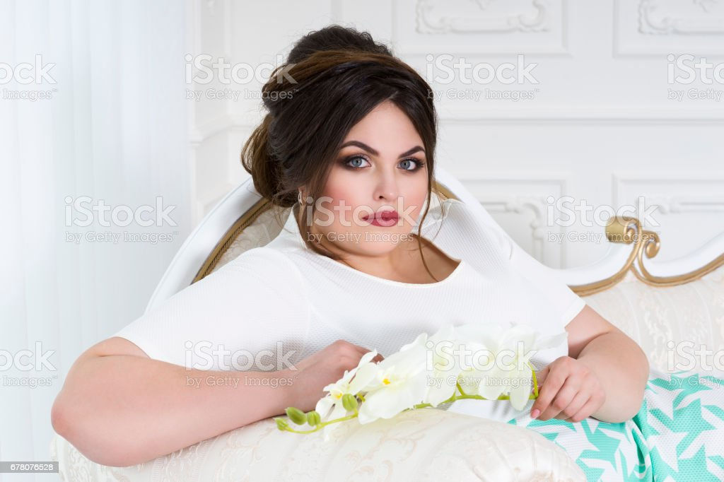 Plus Size Modemodel Im Kleid Mit Professionellen Makeup Und Frisur