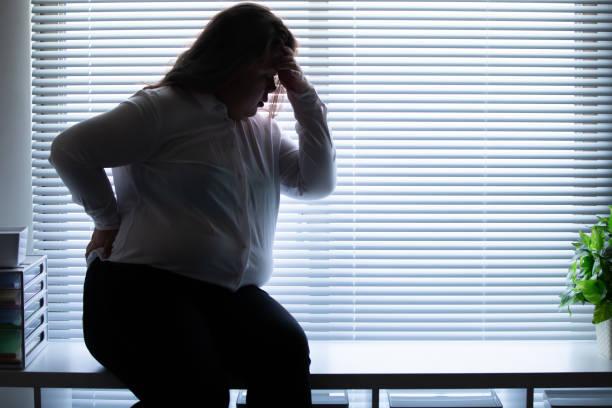 más tamaño mujer sentir dolor de cabeza - gordo fotografías e imágenes de stock