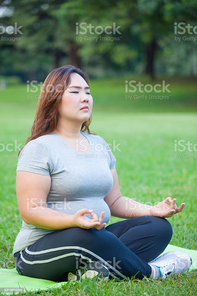 Plus size woman practicing yoga圖像檔