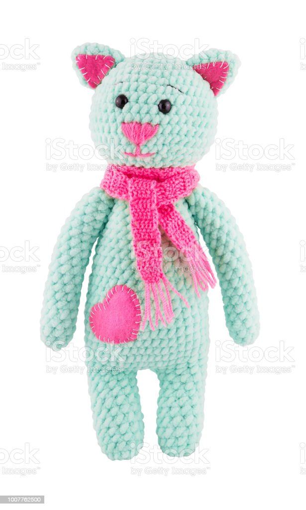 Peluche gato con bufanda rosa de ganchillo. Peluche de punto catIsolated en blanco. Gato de juguete - foto de stock