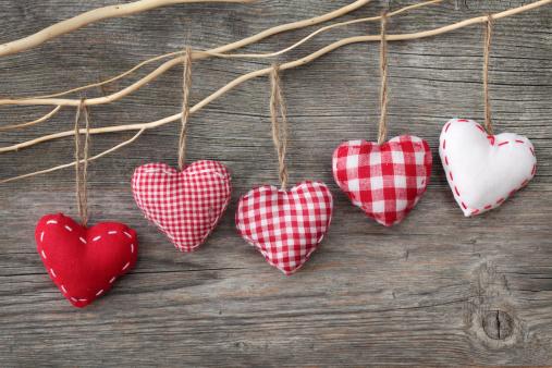 Lujosas Red Hearts Hanging De Derivación Foto de stock y más banco de imágenes de A cuadros