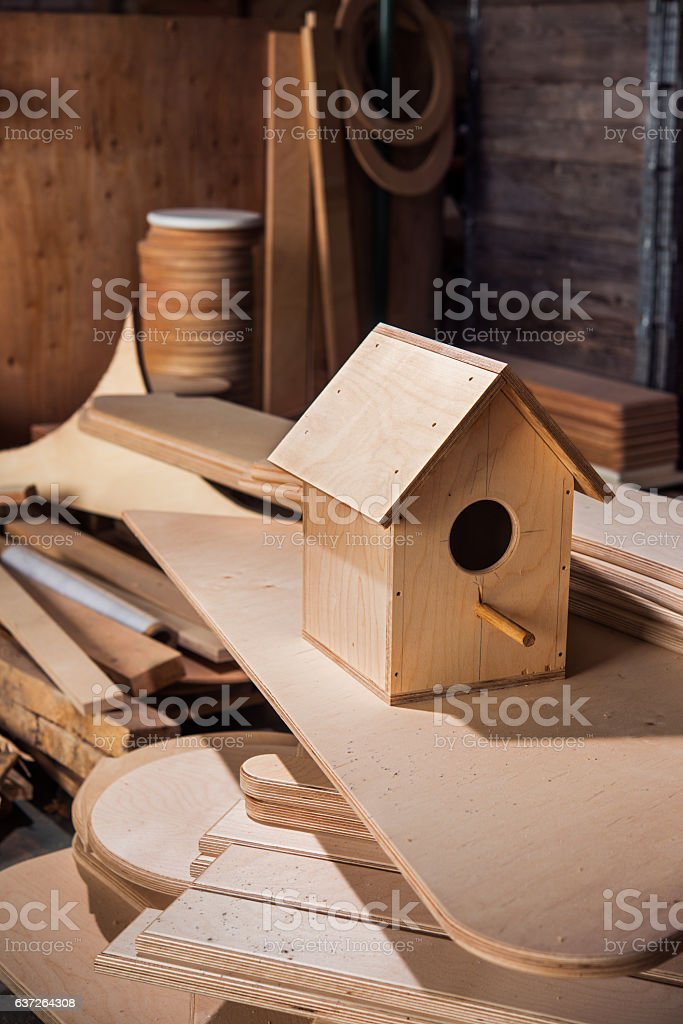 plywood birdhouse on the boards – Foto