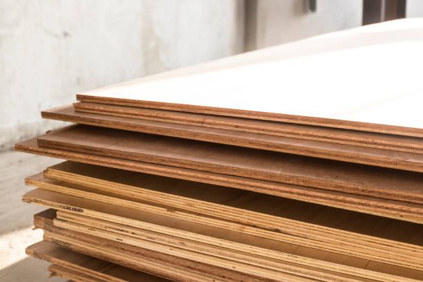 sperrholzplatten für die möbelindustrie - schalung stock-fotos und bilder
