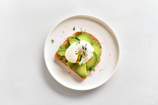 ovos escalfados no pão torrado - torrada - fotografias e filmes do acervo