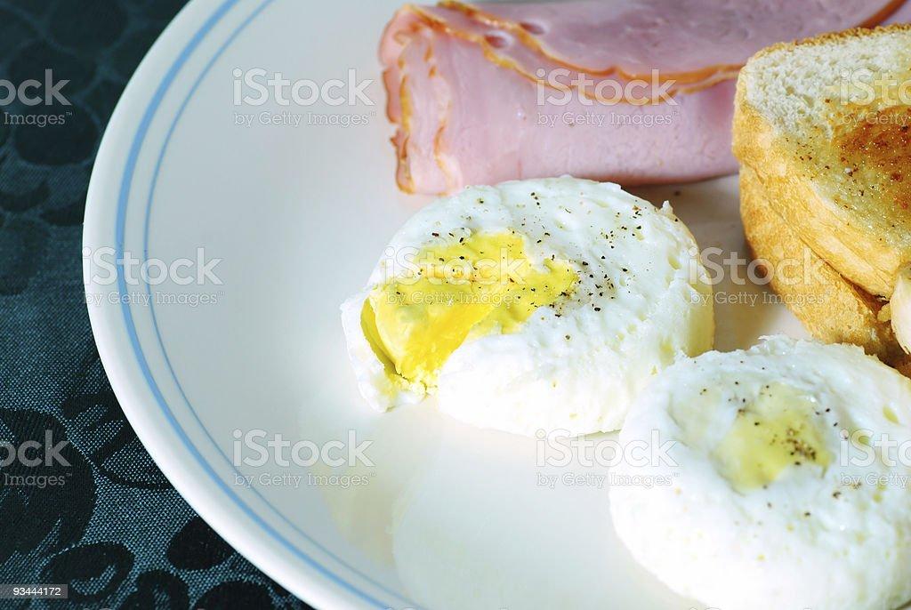 Pochierte Eier mit Schinken und Toast Lizenzfreies stock-foto