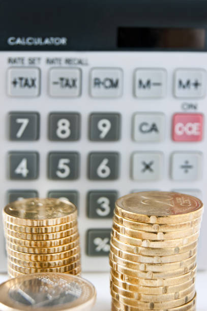 calculadora de bolsillo con fondo de primer plano euro monedas - gerente de cuentas fotografías e imágenes de stock
