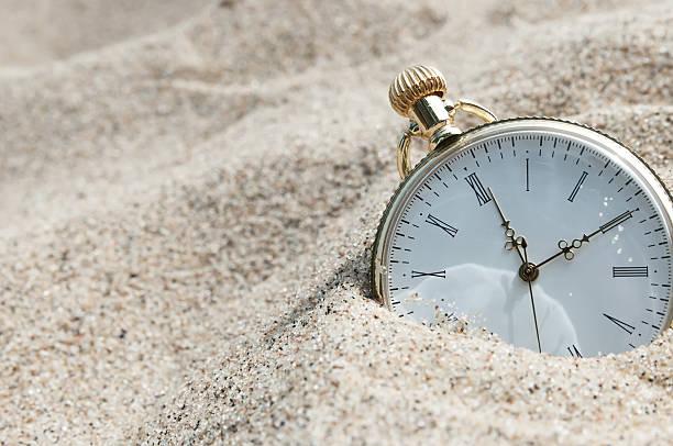 taschenuhr, im sand - sanduhr stock-fotos und bilder