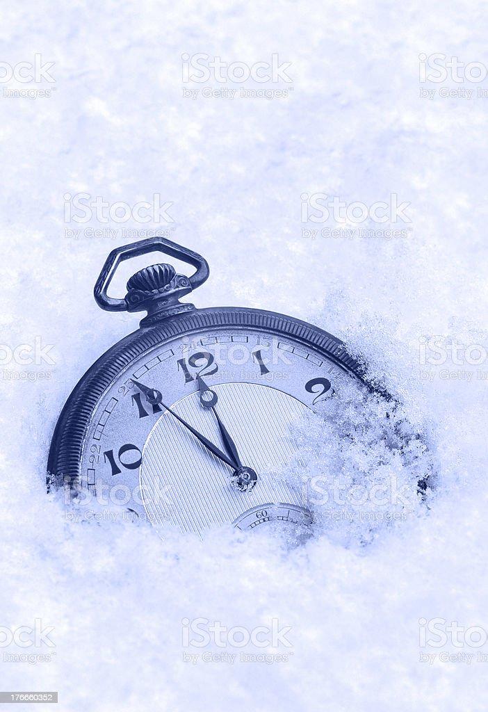Reloj de bolsillo en la nieve, feliz Año Nuevo tarjeta de felicitación foto de stock libre de derechos