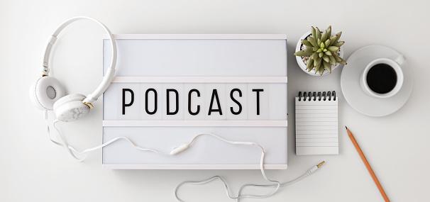 Podcast Concept Met Koptelefoon Kladblok Op Witte Achtergrond Plat Leggen Stockfoto en meer beelden van Achtergrond - Thema