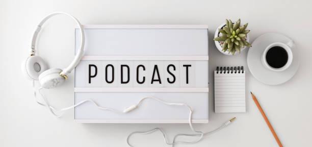 podcast concept met koptelefoon, kladblok op witte achtergrond, plat leggen - podcast stockfoto's en -beelden