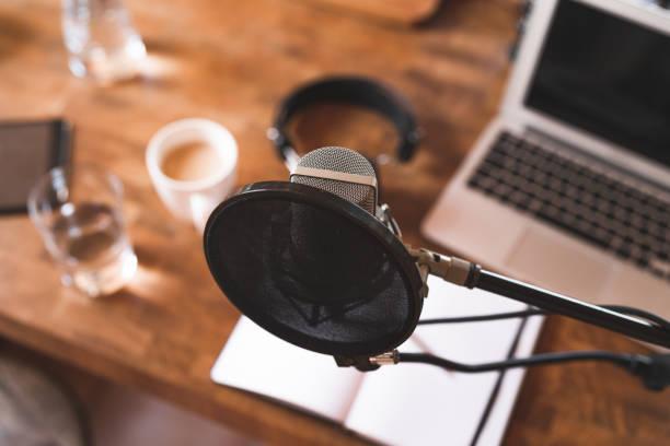 podcast-apparatuur in een thuisomgeving - podcast stockfoto's en -beelden