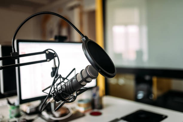 podcast studio: microphone and computer. - radio station stock photos and pictures