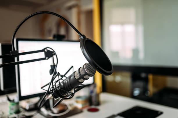 podcast studio: microfoon en computer. - podcast stockfoto's en -beelden
