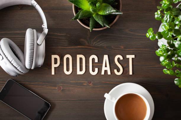 podcast woordtekst concept moderne draadloze hoofdtelefoon smartphone - podcast stockfoto's en -beelden