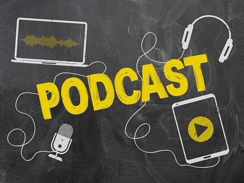 Podcasting Concept Op Schoolbord Met Microfoon En Koptelefoon Stockfoto en meer beelden van Aankondigingsbericht