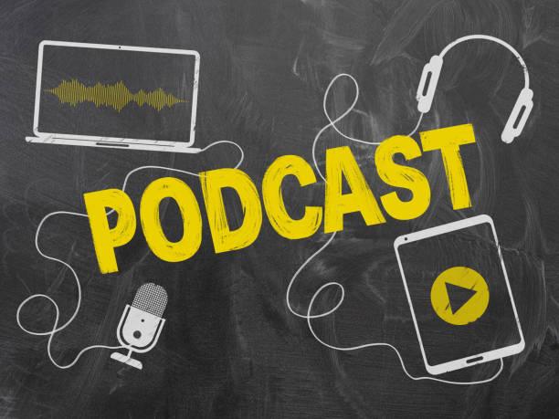 podcasting concept op schoolbord met microfoon en koptelefoon - podcast stockfoto's en -beelden