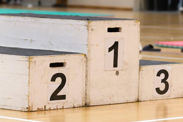 podium pour le gagnant, le succès dans l'activité sportive - partie supérieure photos et images de collection