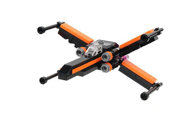 poe der x-wing kämpfer 30278 lego-set - lego flugzeug stock-fotos und bilder