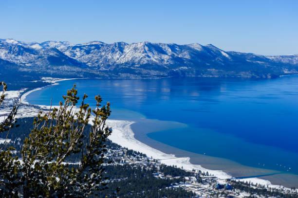 sicht am south lake tahoe. - lake tahoe winter stock-fotos und bilder