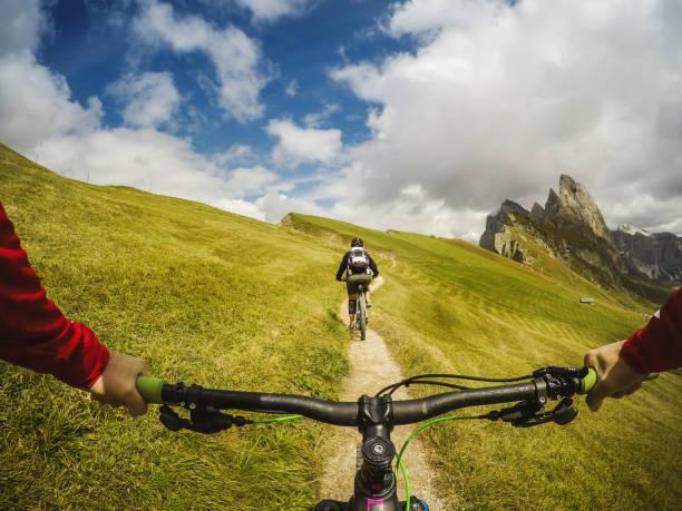 point of view pov mountain bike on the dolomites - ponto de vista de filmagem imagens e fotografias de stock